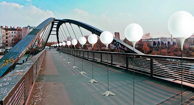 berlin-wall-glowing-balloons-1