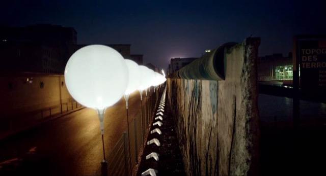 berlin-wall-glowing-balloons-10