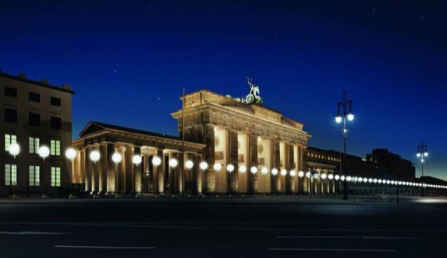 berlin-wall-glowing-balloons-2