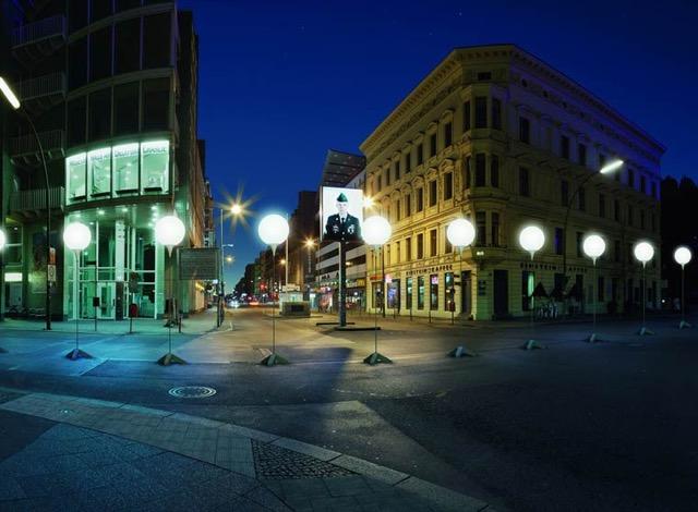berlin-wall-glowing-balloons-9