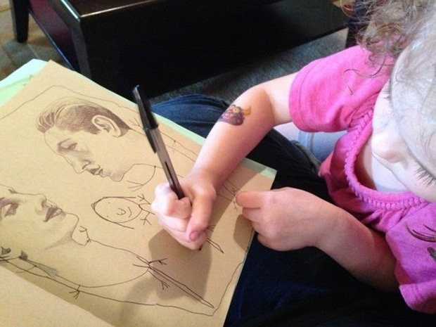 mom-lets-daughter-complete-her-drawings-5