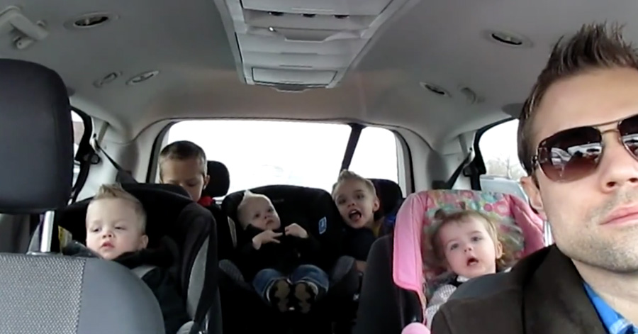 The Way This Dad Entertains His Kids Made Me Laugh So Hard LOL - Dad entertains 5 kids
