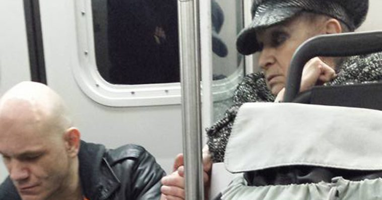 70-year-old-woman-sees-aggressive-stranger-train-calms-incredible-way