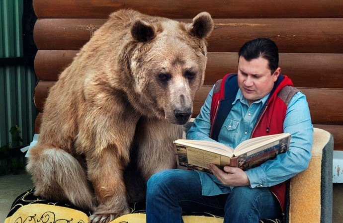 Russian couple lives with adopted bear